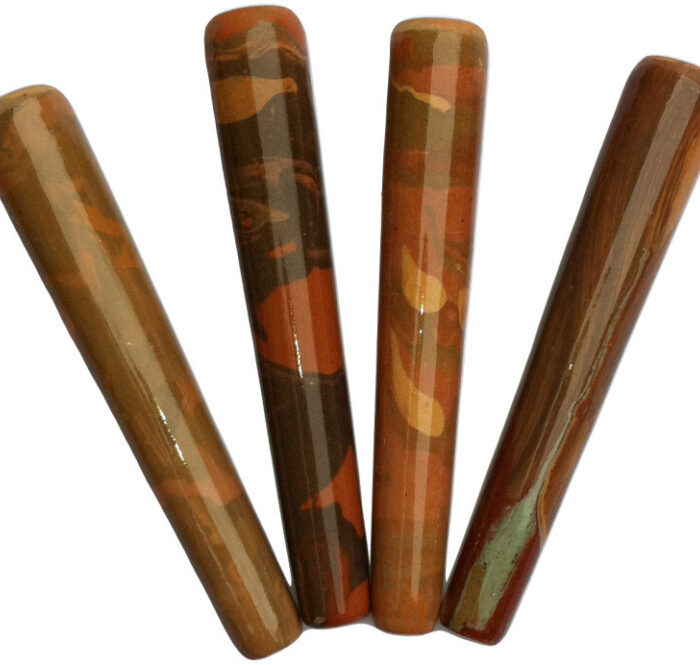 Il cilum, chiamato anche Chilum, Cylom, Cyloom, Chillum, Chillom o Chiloom non è una pipa moderna. Tradizionalmente realizzato in materiali quali legno, argilla, vetro o pietra, vanta origini antiche che provengono dalla religione indù