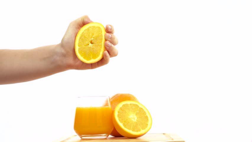 Spremere gli agrumi fino ad ottenerne il succo