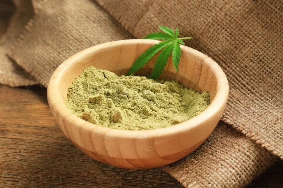 La farina di canapa si ottiene mediante macinatura, preferibilmente a pietra, dei semi provenienti dalla pianta di cannabis sativa da coltivazioni destinate all'uso alimentare e spesso biologiche.