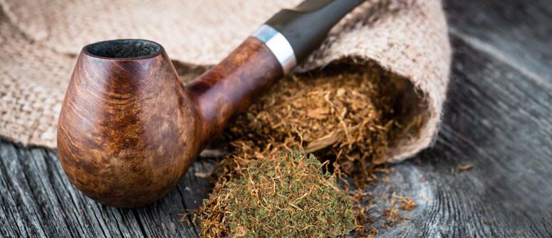 Fumare ganja o hashish con una pipa da tabacco